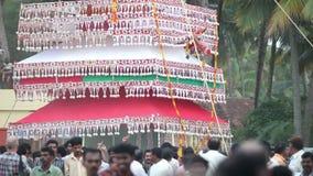Τα ινδικά άτομα καταγράφουν την κατασκευή με το άγαλμα Θεών πηγαίνουν μακριά φιλμ μικρού μήκους