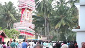 τα ινδικά άτομα φέρνουν γύρω από το ναό το γιγαντιαίο άγαλμα Θεών απόθεμα βίντεο