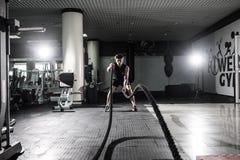 Τα ισχυρά άτομα με το σχοινί μάχης μάχονται την άσκηση σχοινιών στη γυμναστική ικανότητας Crossfit Στοκ εικόνες με δικαίωμα ελεύθερης χρήσης