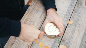 Τα ισχυρά άτομα ` s δίνουν ανοικτός ένα βάζο σιδήρου με ένα μαχαίρι φιλμ μικρού μήκους