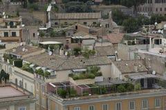 Τα ιταλικά με τα κεραμίδια και τα μπαλκόνια αργίλου Στοκ φωτογραφία με δικαίωμα ελεύθερης χρήσης