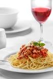 Τα ιταλικά μακαρόνια bolognese ολοκλήρωσαν με το τυρί και το βασιλικό Στοκ φωτογραφία με δικαίωμα ελεύθερης χρήσης