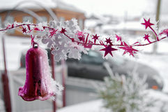 Τα ιώδη κουδούνια Χριστουγέννων ενάντια το υπόβαθρο με το ρηχό βάθος του τομέα Στοκ φωτογραφία με δικαίωμα ελεύθερης χρήσης