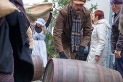 Τα κάλαντα Χριστουγέννων φεστιβάλ Dickens ο ρόλος με τα βαρέλια Στοκ εικόνα με δικαίωμα ελεύθερης χρήσης