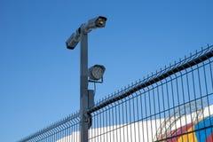 Τα κάμερα παρακολούθησης είναι συνδεμένα με το φράκτη μετάλλων της προστατευόμενης ζώνης στο υπόβαθρο του ουρανού στοκ φωτογραφίες με δικαίωμα ελεύθερης χρήσης