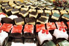 Τα κέικ κλείνουν επάνω στον πίνακα επιδορπίων στο κόμμα Στοκ Εικόνα