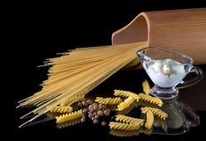 Τα κίτρινα ιταλικά ζυμαρικά, μακαρόνια, μαύρο πιπέρι που απομονώθηκε ενάντια στο Μαύρο απομόνωσαν το υπόβαθρο Μια όμορφη ακόμα ζω στοκ φωτογραφίες με δικαίωμα ελεύθερης χρήσης