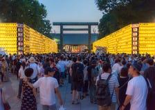 Τα κίτρινα φανάρια και το πλήθος φεστιβάλ Mitama Matsuri Στοκ Φωτογραφία