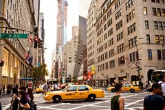 Τα κίτρινα taxis οδηγούν στη 5$η λεωφόρο στη Νέα Υόρκη Στοκ φωτογραφία με δικαίωμα ελεύθερης χρήσης