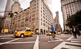 Τα κίτρινα taxis οδηγούν στη 5$η λεωφόρο στη Νέα Υόρκη Στοκ Εικόνες