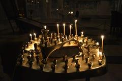 τα καίγοντας κεριά στην αρχαία εκκλησία Στοκ Φωτογραφία