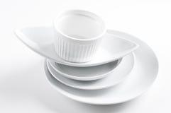 τα καθαρά πιάτα συσσωρεύουν το λευκό Στοκ Φωτογραφίες