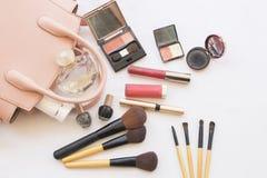 Τα καθορισμένα καλλυντικά προσώπου δερμάτων ομορφιάς makeup και προετοιμάζονται χαλαρώνουν το ταξίδι της ζωηρόχρωμης γυναίκας Στοκ Φωτογραφίες