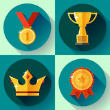 Τα καθορισμένα χρυσά σύμβολα νίκης εικονιδίων υπερασπίζονται το φλυτζάνι, κορώνα, μετάλλιο, διακριτικό Επίπεδο σχέδιο Στοκ Φωτογραφίες