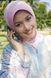 Τα καλά κορίτσια κάνουν ένα τηλεφώνημα Στοκ φωτογραφίες με δικαίωμα ελεύθερης χρήσης