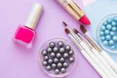 Τα καλλυντικά προϊόντα στην κρητιδογραφία χρωματίζουν το υπόβαθρο Στοκ Φωτογραφίες
