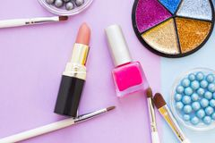 Τα καλλυντικά προϊόντα στην κρητιδογραφία χρωματίζουν το υπόβαθρο Στοκ εικόνα με δικαίωμα ελεύθερης χρήσης