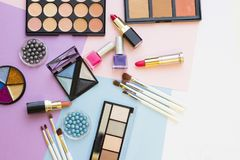 Τα καλλυντικά προϊόντα στην κρητιδογραφία χρωματίζουν το υπόβαθρο Στοκ Φωτογραφία