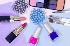 Τα καλλυντικά προϊόντα στην κρητιδογραφία χρωματίζουν το υπόβαθρο Στοκ Εικόνες