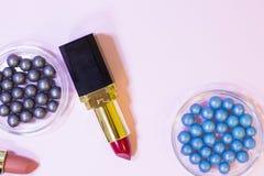 Τα καλλυντικά προϊόντα στην κρητιδογραφία χρωματίζουν το υπόβαθρο Στοκ Εικόνα