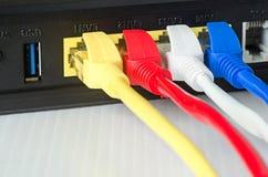 Τα καλώδια Ethernet συνδέουν με το δρομολογητή ή το διακόπτη Στοκ φωτογραφία με δικαίωμα ελεύθερης χρήσης
