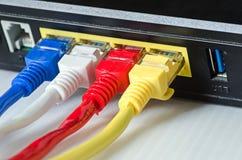 Τα καλώδια Ethernet συνδέουν με το δρομολογητή ή το διακόπτη Στοκ Φωτογραφίες