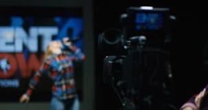Τα καμεραμάν πυροβολούν την τραγουδώντας γυναίκα στη ρίψη απόθεμα βίντεο