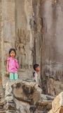 Τα καμποτζιανά παιδιά στέκονται στην είσοδο του πύργου, Angkor Wat, Siem συγκεντρώνει, Καμπότζη Στοκ εικόνες με δικαίωμα ελεύθερης χρήσης