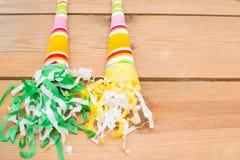 τα καπέλα κομφετί μπαλονιών αντιτίθενται συμβαλλόμενο μέρος Στοκ Φωτογραφίες
