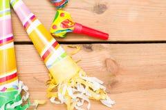 τα καπέλα κομφετί μπαλονιών αντιτίθενται συμβαλλόμενο μέρος Στοκ φωτογραφία με δικαίωμα ελεύθερης χρήσης