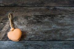 Τα καρδιά-διαμορφωμένα κουδούνια αγγειοπλαστικής επάνω το υπόβαθρο Στοκ Φωτογραφίες