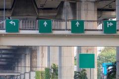Τα κατευθυντικά σημάδια που εγκαθίστανται για στη γέφυρα για πεζούς Στοκ εικόνες με δικαίωμα ελεύθερης χρήσης