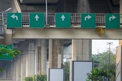 Τα κατευθυντικά σημάδια που εγκαθίστανται για στη γέφυρα για πεζούς Στοκ Φωτογραφία