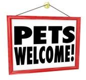 Τα κατοικίδια ζώα χαιρετίζουν το επιτρεπόμενο σημάδι επιχειρησιακού κτηρίου καταστημάτων Στοκ φωτογραφίες με δικαίωμα ελεύθερης χρήσης