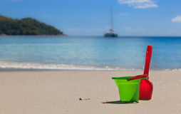 τα κατσίκια παραλιών στρώνουν με άμμο τα παιχνίδια Στοκ Φωτογραφίες