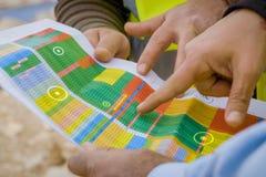 Τα κατ' εκτίμηση στοιχεία όσον αφορά ένα φύλλο του εγγράφου εξετάζονται από τους εργαζομένους στοκ εικόνες