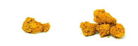 Τα καυτά και πικάντικα τηγανισμένα φτερά κοτόπουλου απομονώνουν στο άσπρο υπόβαθρο Στοκ εικόνα με δικαίωμα ελεύθερης χρήσης