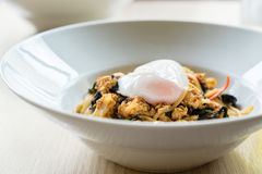Τα καυτά μακαρόνια και το τηγανισμένο κοτόπουλο βασιλικού ξαναγεμίζουν με το αυγό στο W Στοκ Φωτογραφίες