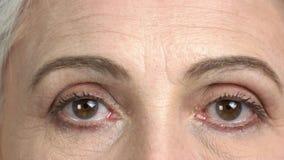 Τα καφετιά μάτια της ώριμης γυναίκας κλείνουν επάνω απόθεμα βίντεο