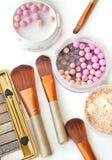 Τα καλλυντικά θέτουν με τη σκόνη και αποτελούν τις βούρτσες τη τοπ άποψη Στοκ εικόνα με δικαίωμα ελεύθερης χρήσης