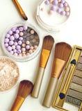 Τα καλλυντικά θέτουν με τη σκόνη και αποτελούν τις βούρτσες Τοπ όψη Στοκ Εικόνες