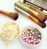Τα καλλυντικά θέτουν με τη σκόνη και αποτελούν τις βούρτσες Στοκ Φωτογραφία