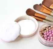 Τα καλλυντικά θέτουν με τη σκόνη και αποτελούν τις βούρτσες Στοκ φωτογραφίες με δικαίωμα ελεύθερης χρήσης