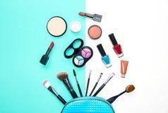 Τα καλλυντικά και το υπόβαθρο μόδας με αποτελούν τα αντικείμενα καλλιτεχνών: κραγιόν, σκιές ματιών, mascara, eyeliner, concealer, Στοκ φωτογραφίες με δικαίωμα ελεύθερης χρήσης
