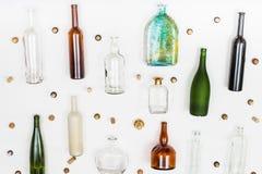 Τα κενά μπουκάλια γυαλιού και βουλώνουν τακτοποιημένος στο λευκό Στοκ εικόνες με δικαίωμα ελεύθερης χρήσης