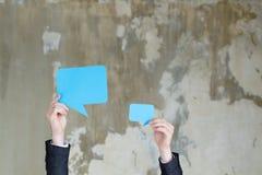 Τα κενά χέρια λεκτικών φυσαλίδων ανατροφοδοτούν την επικοινωνία στοκ εικόνα