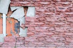 Τα κεραμίδια είναι σπασμένα στον τοίχο ανάγκη επισκευής Στοκ Φωτογραφίες