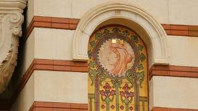 Τα κεραμίδια που γίνονται στα μωσαϊκά με τις εικόνες στους τοίχους του κεντρικού μεταλλεύματος της Sofia λούζουν φιλμ μικρού μήκους