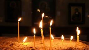Τα κεριά καίνε στην παλαιά χριστιανική εκκλησία, σε αργή κίνηση απόθεμα βίντεο
