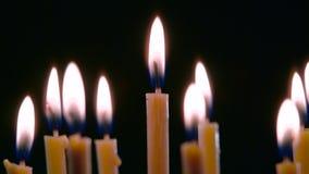 Τα κεριά καίνε στο ευρύχωρο δωμάτιο και βγαίνουν Μαύρη ανασκόπηση κλείστε επάνω φιλμ μικρού μήκους